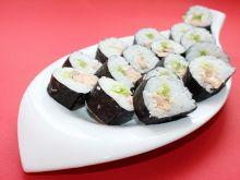 Sushi z łososiem  w sosie własnym i sałatą