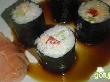 Sushi z pieczonym łososiem, papryką