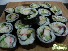 Sushi z surimi, ogórkiem i łososiem