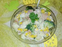Świąteczna sałatka z brokułem i tuńczykiem
