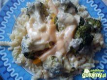Świderki z brokułami, papryką i serem