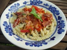 Świderki z pomidorami i szynką