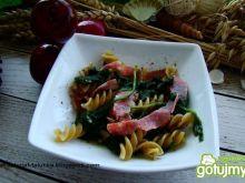 Świderki z szpinakiem i  włoskim salami
