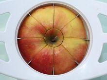 Świeże i pokrojone jabłko w pracy i w szkole