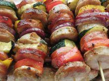 Szaszłyki na grill z białą kiełbasą.
