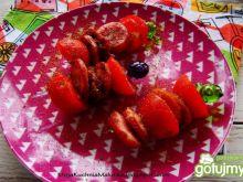 Szaszłyki z grillowanej kiełbaski