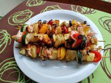 Szaszłyki z indykiem, warzywami i ananasem