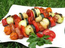Szaszłyki  z kabanosami, warzywami i gruszką