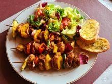 Szaszłyki z kurczakiem, warzywami i letnią sałatką