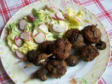 Szaszłyki z mięsnych kuleczek i pieczarek