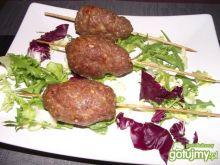 Szisz kebab na sałatach
