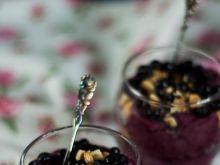 Szklaneczkowy deser ze świeżymi jagodami
