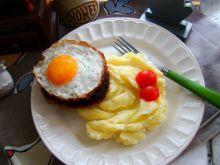 Sznycel z jajkiem sadzonym na puree czosnkowym