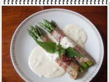 Szparagi Eli w szynce prosciutto - Grillowane szparagi ułożyć na talerzach i polać sosem.