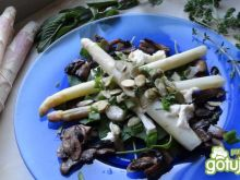 Szparagi na szpinaku