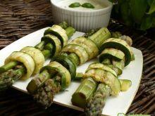 Szparagi w cukinii z grila w sosie light