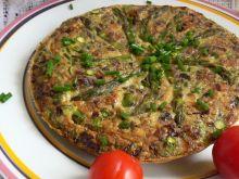 Szparagi w jajkach z boczkiem i cebulką