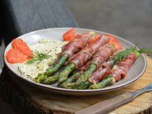 Szparagi w prosciutto z sosem z sera pleśniowego