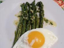 Szparagi w sosie maślanym z jajkiem sadzonym