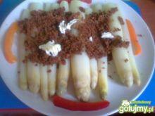 szparagi z bułką tartą i masłem