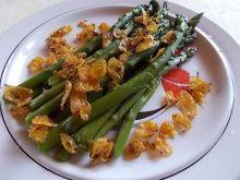 Szparagi z chrupiącą okrasą