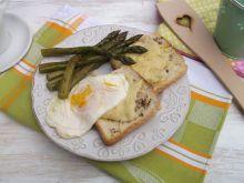 Szparagi z grzankami i jajkiem sadzonym