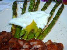 Szparagi z jajkiem i chipsami z kindziuka