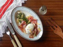 Szparagi z jajkiem poszetowym