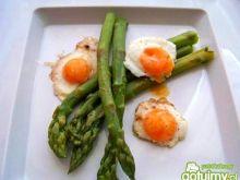 Szparagi z przepiórczymi jajkami