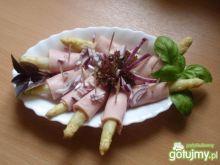 Szparagi zawijane w szynce konserwowej