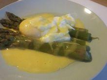Szparagi zielone na parze z jajkiem w koszulce