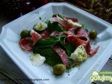 Szpinak z włoskim salami i mozzarella