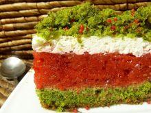 Szpinakowe ciasto z masą truskawkową i śmietaną