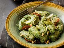 Szpinakowe gnocchi z sosem szałwiowym