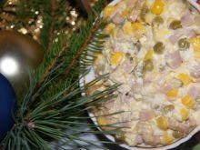 Szybka sałatka szynkowa z groszkiem i kukurydzą