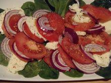 Szybka sałatka z pomidorem na szpinaku