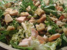 Szybka sałatka z wędzonym kurczakiem i grzankami