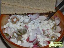 Szybki twarożek z rzodkiewką i oliwkami
