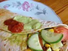 Taco z mięsem i warzywami w tortilli