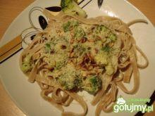Tagliatelle z brokułami i orzeszkami