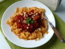 Tagliatelle z kiełbasą i sosem pomidorowym