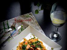 Tagliatelle z łososiem, szpinakiem i pomidorkami