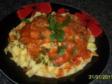 tagliatelle z udkami w sosie pomidorowym