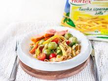 Tagliatelle z warzywami i łososiem w winnym sosie