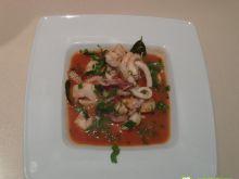Tajska zupa z kalmarem i doradą.