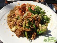 Tajskie specjały z krewetek i zieleniny.