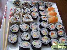 Talerz pełen sushi