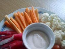 Talerz warzyw z ogródka z sosem