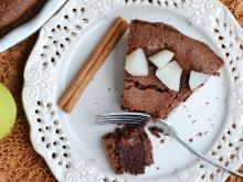 Tarta krucha z brownie i gruszkami