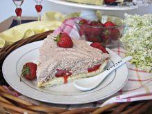 Tarta z kremem i truskawkami